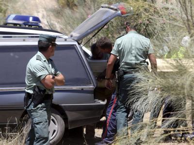 Spanische Polizisten bergen die Leiche eines Kindes bei Cordoba.