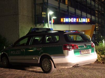 Polizei vor der Kinderklinik