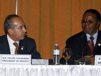 Mexikos Präsident Felipe Calderon (L) und Malawis Präsident und Chef der Afrikanischen Union  Bingu wa Mutharika beim 15. Gipfeltreffen der Union.