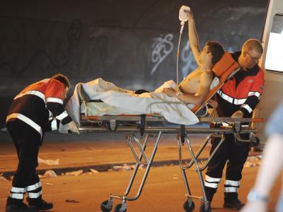 Selbstversorger: Ein Verletzter der Loveparade hält seinen Tropf selbst.