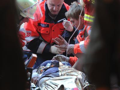 Notärzte versorgen Verletzte der Masenpanik.