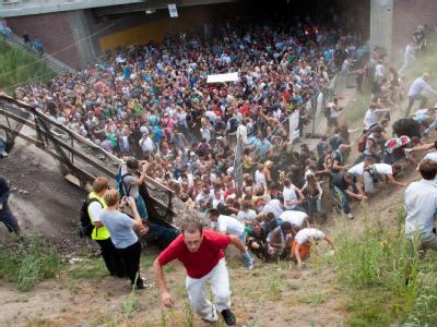 Tausende Raver drängen sich vor dem Tunnel in Duisburg, in dem sich eine Massenpanik ereignet hat.
