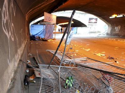 Umgestürzte Absperrgitter liegen an der Unglücksstelle in Duisburg.