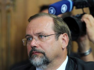 Der Duisburger Oberbürgermeister Adolf Sauerland in einer Pressekonferenz.