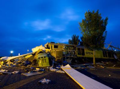 Ein Zug hat in den Niederlanden einen Prellbock durchbrochen und ein Fachgeschäft für Wassersportarten zerstört.
