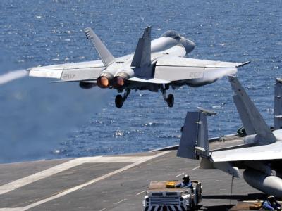 Ein US-Flugzeug hebt vom Deck der USS George Washington ab.
