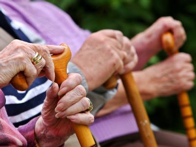 Die Diskussion um die Rentengarantie geht weiter: Politiker und Rentenexperten unterstützen Wirtschaftsminister Brüderle bei seiner Forderung nach einer Abschaffung.