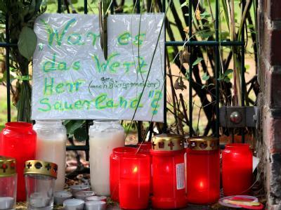 Trauernde richten Anschuldigungen gegen Duisburgs Oberbürgermeister Adolf Sauerland.