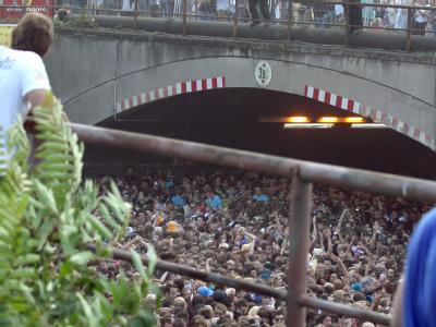 Überfüllter Tunnel bei der Loveparade