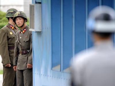 An der innerkoreanischen Grenze: Nord- und südkoreanische Grenzposten (vorne) stehen sich gegenüber. (Archivbild)