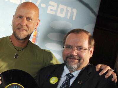 Loveparade-Geschäftsführer Rainer Schaller (l) und Adolf Sauerland, OB der Stadt Duisburg, posieren am 17. Juni 2010 anlässlich der bevorstehenden Techno-Party für die Fotografen.