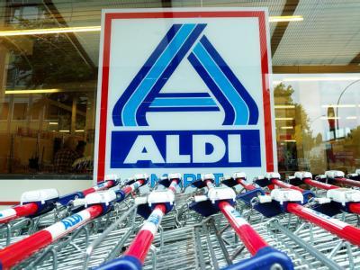 Einkaufswagen stehen vor einer Aldi-Filiale.