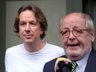 Der TV-Wettermoderator Jörg Kachelmann mit seinem Anwalt Reinhard Birkenstock nach seiner Entlassung vor der Justizvollzugsanstalt in Mannheim.