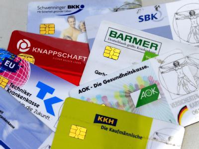 Krankenversicherungskarten verschiedener Krankenkassen (Archivbild).