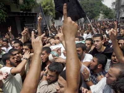 Palästinenser tragen den getöteten Hamas-Kommandeur  Issa al-Batran durch das Flüchtlingscamp von Al-Bureij.
