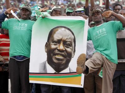 Befürworter des Verfassungsentwurfs mit einem Porträt von Premierminister Raila Odinga.