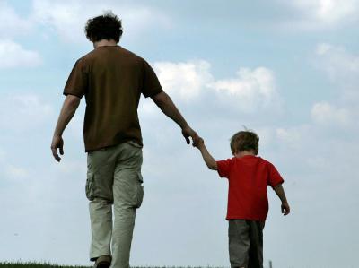 Ein Vater und sein Sohn (Archivfoto): Das Bundesverfassungsgericht hat die Regelung des Sorgerechts für unverheiratete Väter für verfassungswidrig erklärt.