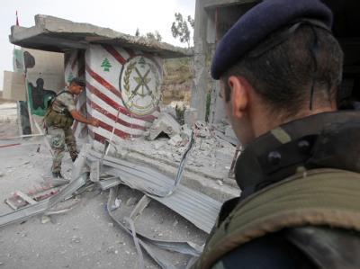 Libanesische Soldaten inspizieren einen durch ein israelisches Geschoss getroffenen Checkpoint.