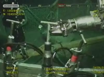 Videobild der Arbeiten am abgedichteten Bohrloch im Golf von Mexiko: BP-Ingenieure haben das Bohrloch jetzt mit Zement verschlossen. (Archivbild)
