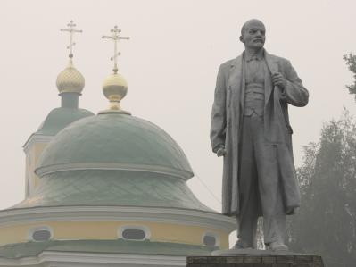 Ein Lenin-Monument in der Stadt Wiksa ist in Rauch eingehüllt.