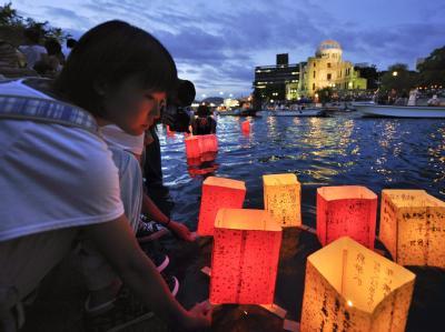 Mit leuchtenden Papierlaternen auf dem Fluss Motoyasu gedenken Bewohner von Hiroshima der Opfer des Atombombenabwurfs.
