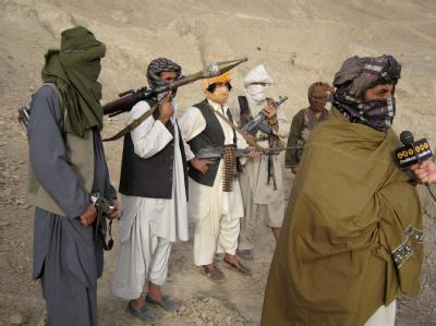 Begleitet von Taliban-Kämpfern gibt Sabiullah Mudschahid, ein Sprecher der Taliban, ein Interview (Archivbild)