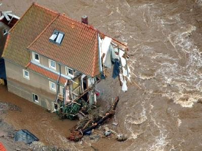 Die heftigen Überschwemmungen weckten Erinnerungen an das Jahrhunderthochwasser von 2002: Es begann in der sächsischen Erzgebirgsregion - hier: ein zerstörtes Haus in Weesenstein bei Pirna. (Archivbild)
