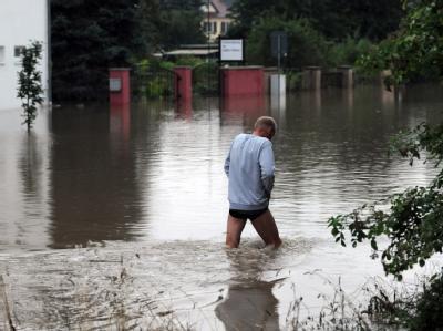 Ein Mann watet durch das Wasser der Neiße im ostsächsischen Zittau.