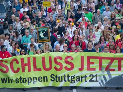 Die erwarteten Kosten für Stuttgart 21 sind bereits von ursprünglich knapp 2,6 Milliarden auf 4,1 Milliarden Euro gestiegen. Tausende Menschen protestierten in Stuttgart gegen das Projekt.