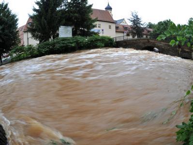 Die Würschnitz vor dem Wasserschloss Klaffenbach in Chemnitz hat sich in einen reißenden Strom verwandelt.