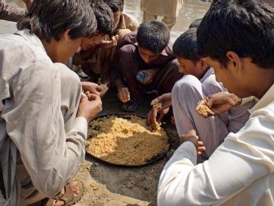 Flutopfer drängeln sich um einen Teller mit Essen. Im Katastrophengebiet herrscht offenbar ein akuter Mangel an Lebensmitteln.
