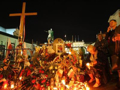 Betende Menschen am Holzkreuz vor dem Präsidentenpalast in Warschau.