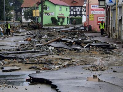 Mit unvorstellbarer Wucht hat das Hochwasser die Straßen von Bogatynia zerstört.