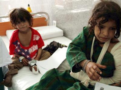 Afghanische Mädchen, die bei Kämpfen zwischen Taliban und den NATO-Truppen verletzt wurden, liegen in einem Krankenhaus in Herat. (Archivbild)