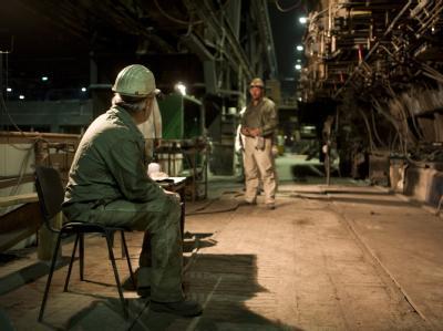Stahlarbeiter in einer Produktionshalle der Brandenburger Elektrostahlwerke GmbH in Brandenburg an der Havel.