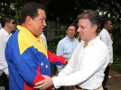 Der neue kolumbianische Präsident Juan Manuel Santos (r.) und der venezolanische Präsident Hugo Chávez  haben beschlossen, einen drohenden Krieg mit Verhandlungen zu verhindern.