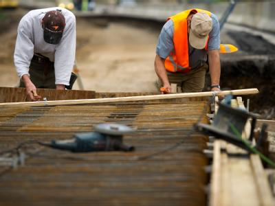 Bauarbeiter bei der Verbreiterung einer Autobahnbrücke. Die IG Metall fordert von der SPD, dass sie sich endgültig von der Rente mit 67 verabschieden soll.