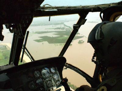 Blick aus dem Cockpit einer pakistanischen Militärmaschine auf das überflutete Gebiet nahe der Stadt Ghotki.