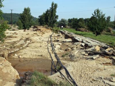 Das Hochwasser hat die Eisenbahnlinie bei Hagenwerder zwischen Görlitz und Zittau zerstört.