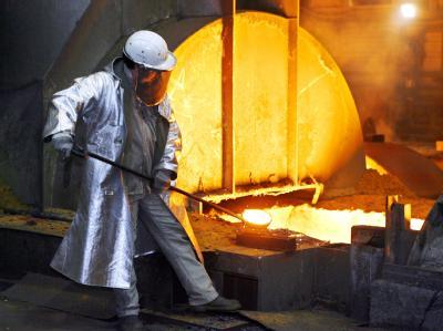 Ein Stahlarbeiter von ThyssenKrupp nimmt am Fuß eines Hochofens in Duisburg eine Probe.