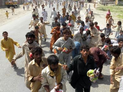 Hilfsgüter werden verteilt