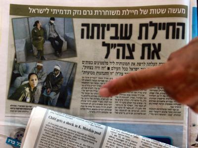 Israelische Tageszeitungen zeigen Bilder aus der Armeezeit der ehemaligen Soldatin Eden Abergil, die sie bei Facebook veröffentlicht hat.