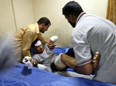 Versorgung eines Verletzten nach einem verheerenden Selbstmordanschlag in Bagdad.