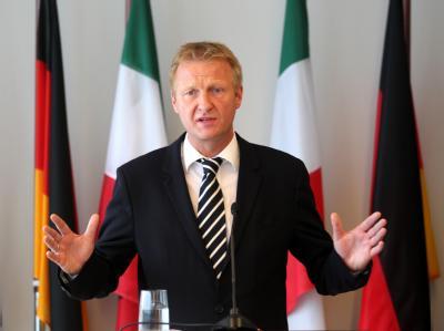 Ralf Jäger, nordrhein-westfälischer Innenminister, stellt die künftigen Maßnahmen der Landesregierung bei Großveranstaltungen vor.