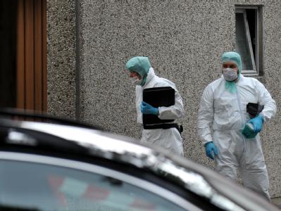 Mitarbeiter der Spurensicherung gehen in Delligsen (Niedersachsen) zum Fundort der Leiche eines fünfjährigen Jungen.