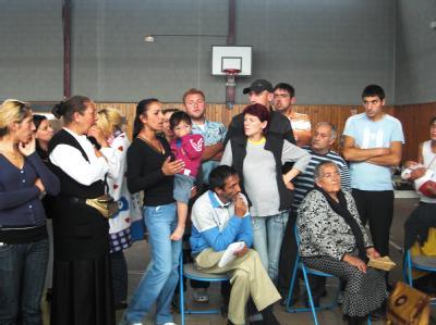 Roma bei einer Besprechung mit Vertretern von Hilfsorganisationen in einer Turnhalle in Choisy-le-Roi bei Paris (Foto vom 17.08.2010).