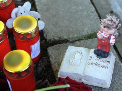 Blumen und Kerzen liegen an der Straßenecke beim Wohnhaus des Fünfjährigen Julian im niedersächsischen Delligsen.