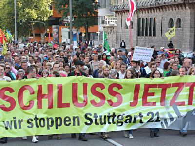 Demonstranten protestieren gegen das umstrittene Bahnprojekt Stuttgart 21.
