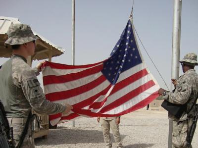 US-Soldaten holen die amerikanische Flagge ein bevor sie eine Basis bei Hila verlassen (Archivfoto vom 05.03.2010).