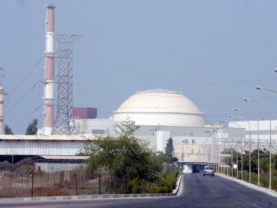 Der Iran hat mit der Bestückung seines ersten Atomkraftwerks mit nuklearem Brennstoff begonnen.